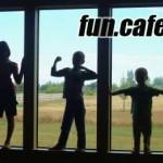 Rodiče přilepili dítě páskou na okno - Rodinné fotografie